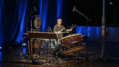 """Isao Nakamura, Professor an der Karlsruher Musikhochschule, bei der Aufführung des Schlagzeug-Konzerts """"Persephassa"""" für die Eröffung der Europäischen Kulturtage Karlsruhe 2021."""