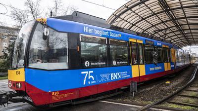 Die S-Bahn der Linie S7 des Karlsruher Verkehrsverbundes (KVV) mit dem BNN-Jubiläumsmotiv verlässt den Albtal-Bahnhof in Karlsruhe.