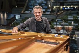Muss sein Abschiedskonzert erneut aufschieben: Justin Brown, bis Ende der Saison 2019/20 Generalmusikdirektor am Badischen Staatstheater Karlsruhe.