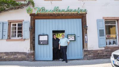 """Bodenständige Brüder: Hannes (rechts) und Bernd Wittmann sind die Pächter der """"Künstlerkneipe"""" mit ihren Gaststuben, Ballsaal und Innenhöfen unter Weinreben."""