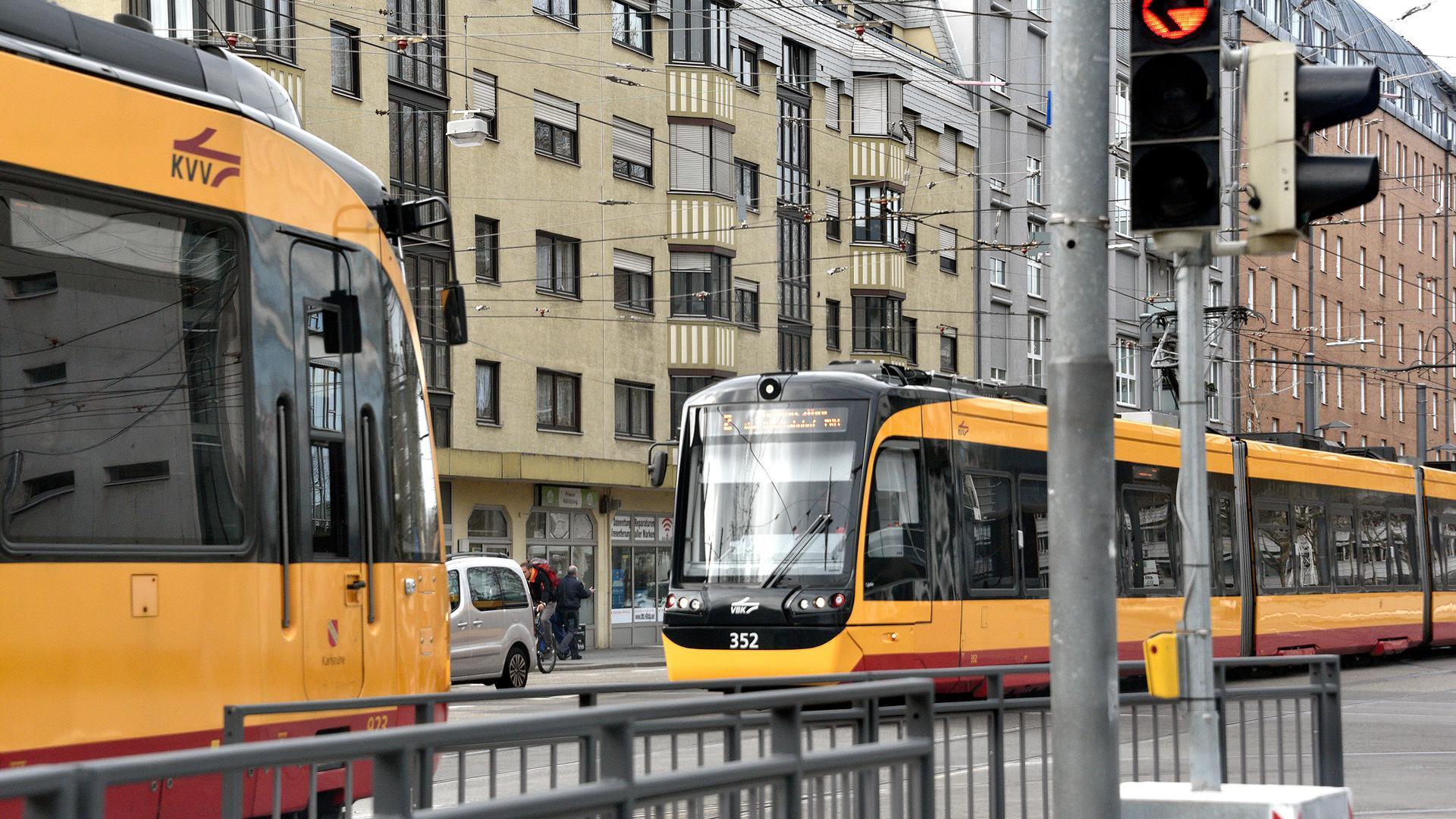 Straßenbahnen fahren durch Karlsruhe. (Symbolbild)