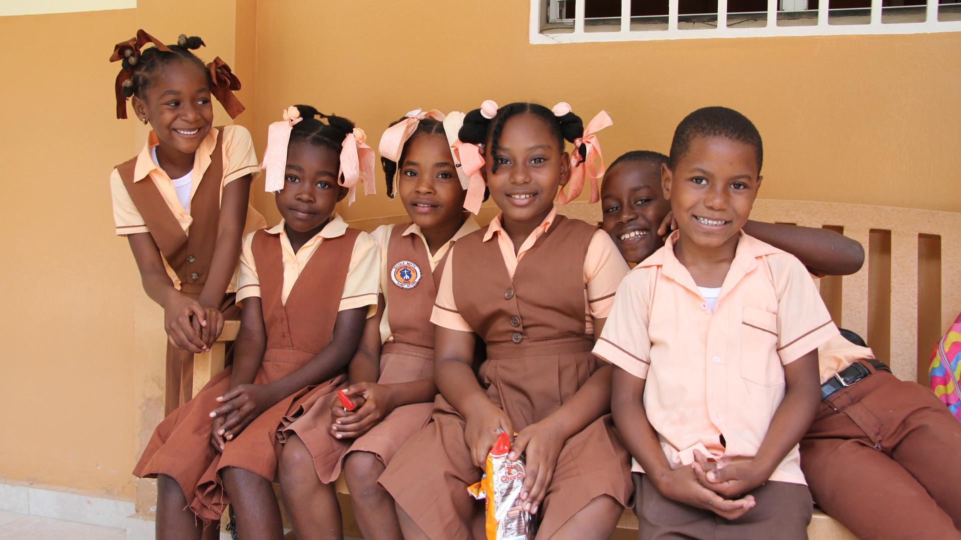 Diese Jungs und Mädels freuen sich sichtlich, dass sie die St. André-Schule in Fond-des-Blancs besuchen dürfen.