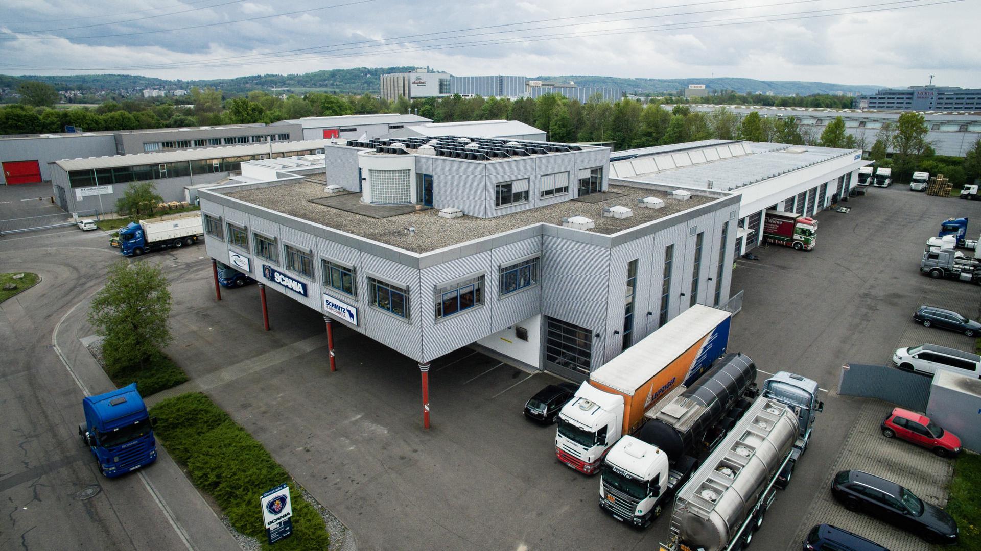 Großes Gebäude und Lastwagen