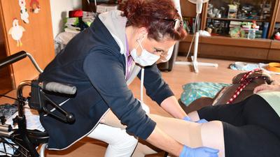 Maskenpflicht, Gummihandschuhe und Desinfektionsmittel: Die Anforderungen an das Pflegepersonal sind in der Coronakrise gestiegen. In der ambulanten Pflege ist es teilweise etwas entspannter als im Krankenhaus.