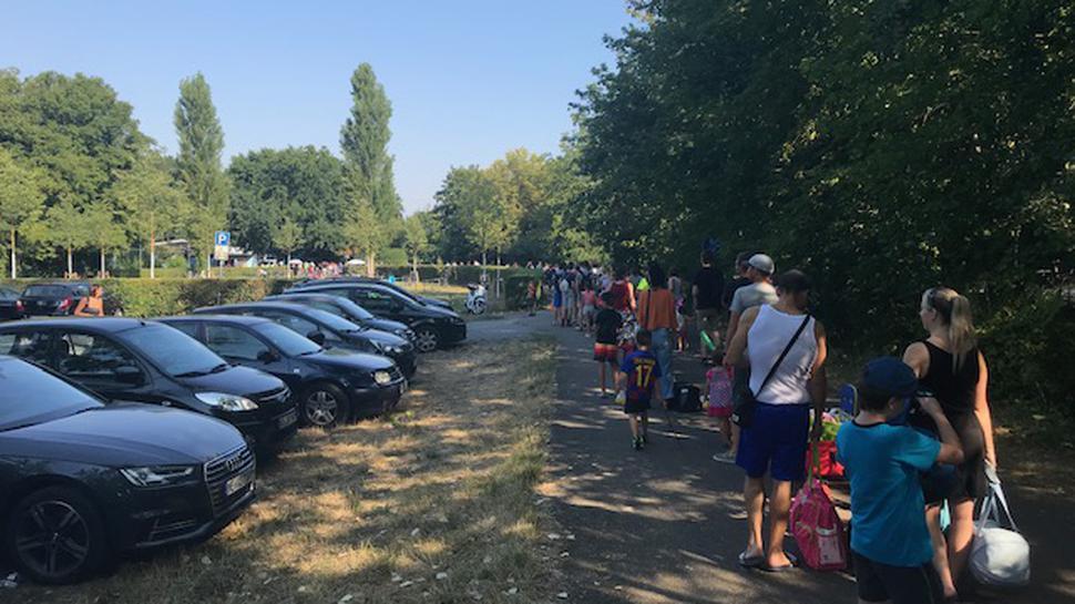 Bereits am Sonntagmorgen warten viele Menschen vor dem Freibad in Karlsruhe-Rüppurr auf den Einlass