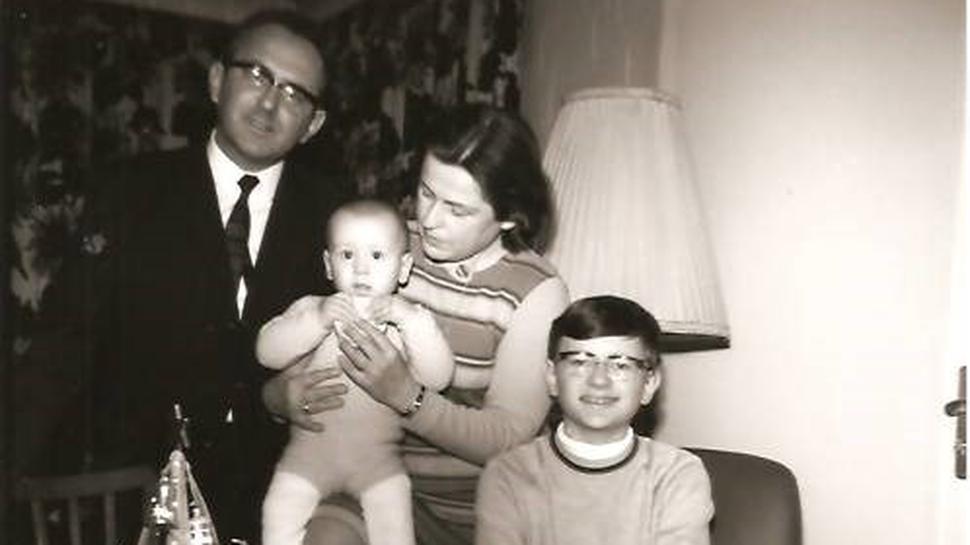 Am 2. Advent 1969 posieren die Eltern Rudi und Gerda sowie die beiden Söhne Rolf-Ulrich und Heinz Rudolf (rechts) für die Kamera.