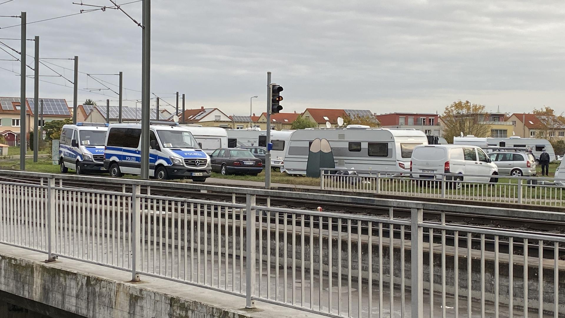 Wohnwagen vor Bahnlinie