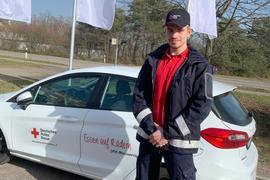 """Laurin Maier fährt bei der Arbeit seines Freiwilligendienstes für das Deutsche Rote Kreuz in Karlsruhe """"Essen auf Rädern"""" zu älteren Menschen."""