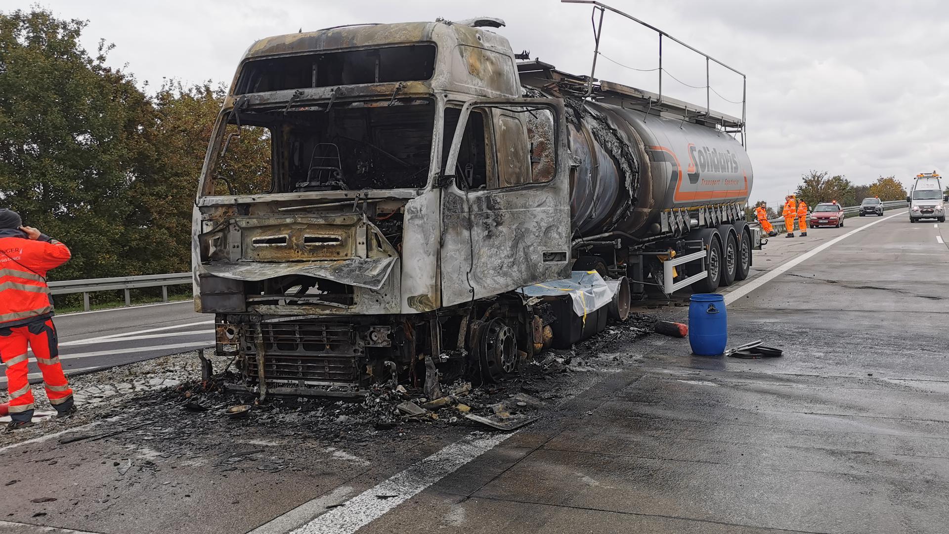 Ausgebrannter Tanklastzug auf der Autobahn