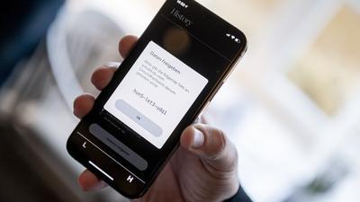 Die App Luca läuft auf einem Smartphone.