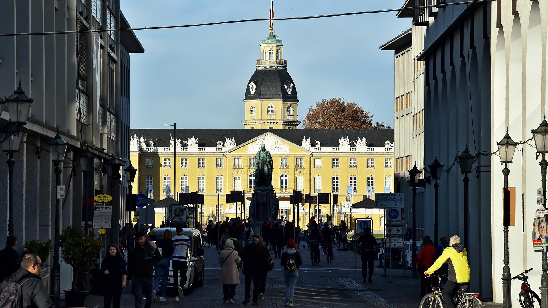 Blick aus der Stadt auf das Karlsruher Schloss