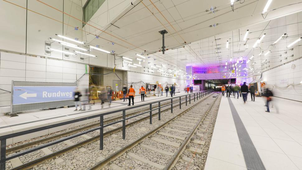 """""""Lichtgespinst"""": Zahlreiche Neonröhren erhellen die unterirdische Haltestelle Marktplatz/Kaiserstraße, die am Tag der offenen Baustelle besichtigt werden konnte."""