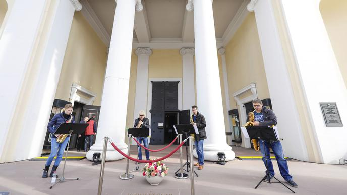 Eine Band spielt vor der Stadtkirche.