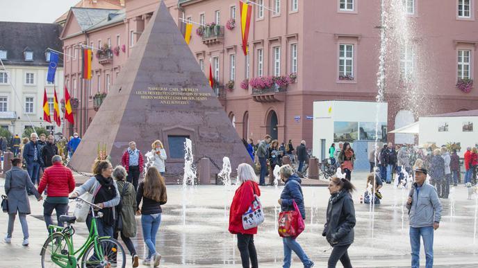 Viele Bürger schlenderten über den neuen Marktplatz.