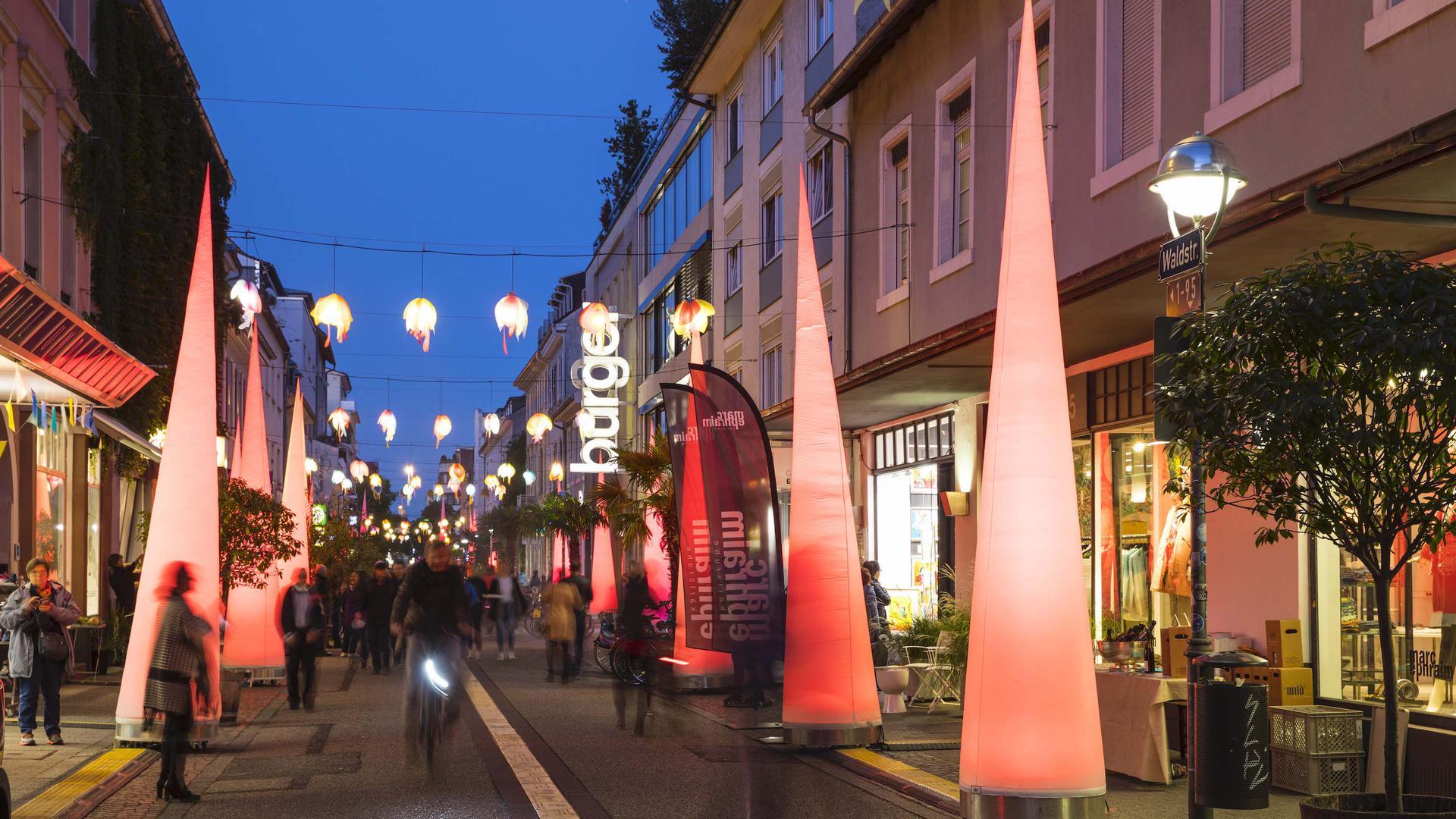 Lichtinstallationen, hier in der Südlichen Waldstraße.