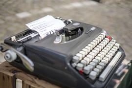 """Auf einer """"Brother""""-Schreibmaschine tippt Maurice Moel seine Gedichte."""