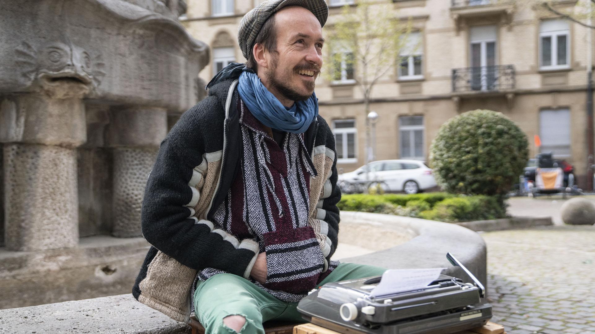 Maurice Moel macht Straßenpoesie in Karlsruhe.