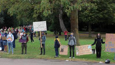 Die Klimaaktivisten bildeten eine Menschenkette. An der Demo in Karlsruhe waren 3.500 Demonstranten beteiligt.