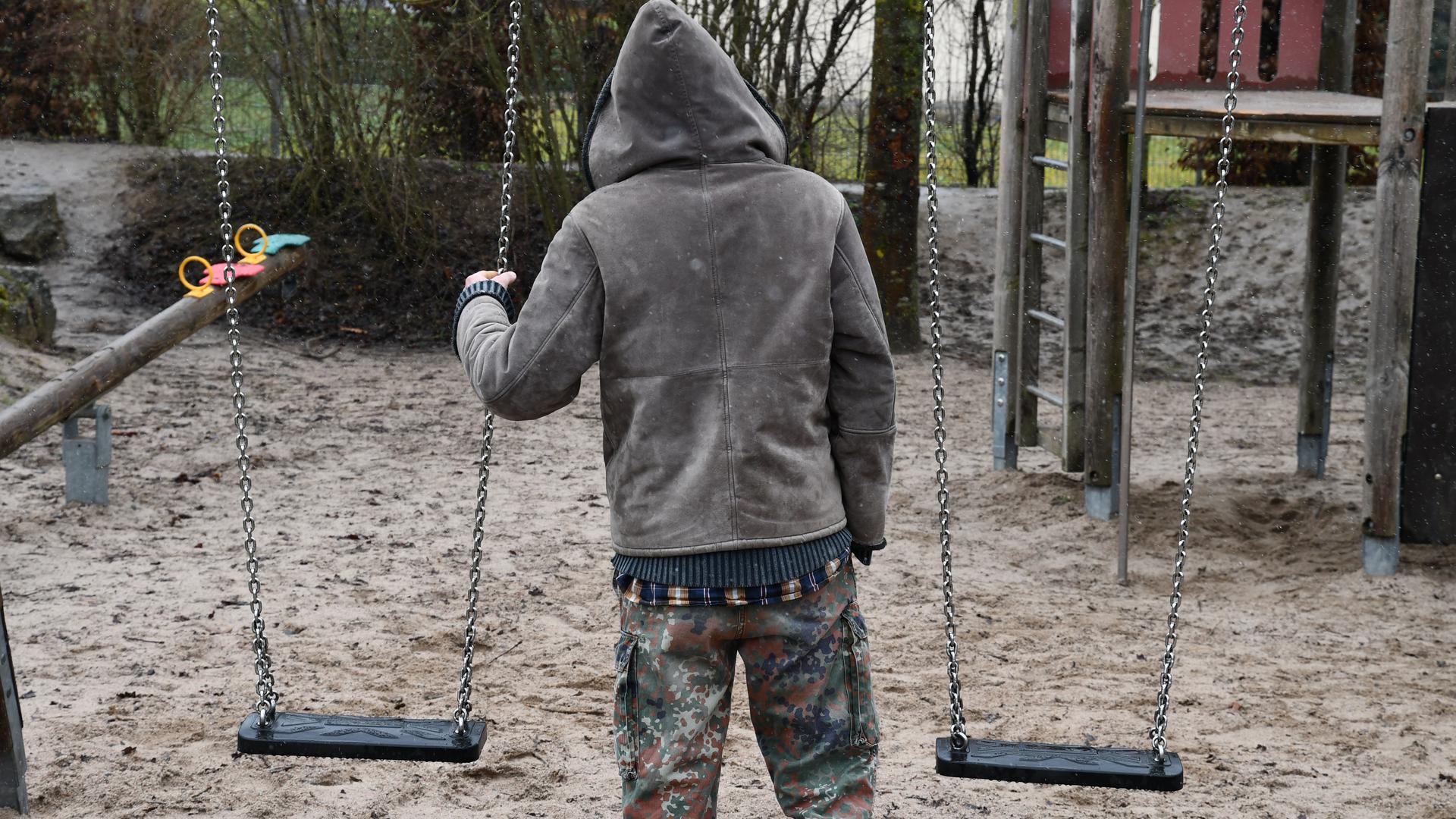 Allein auf dem Spielplatz: Mirco Schmidt möchte wie früher mit seiner Tochter auf Klettergerüsten herumtoben und die Kleine anschaukeln.