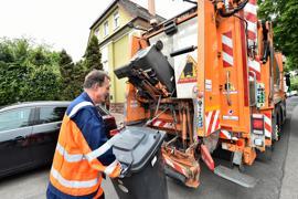 21.05.2021 Müllwerker der Stadt Karlsruhe (AfA) bei der Entsorgung in Durlach