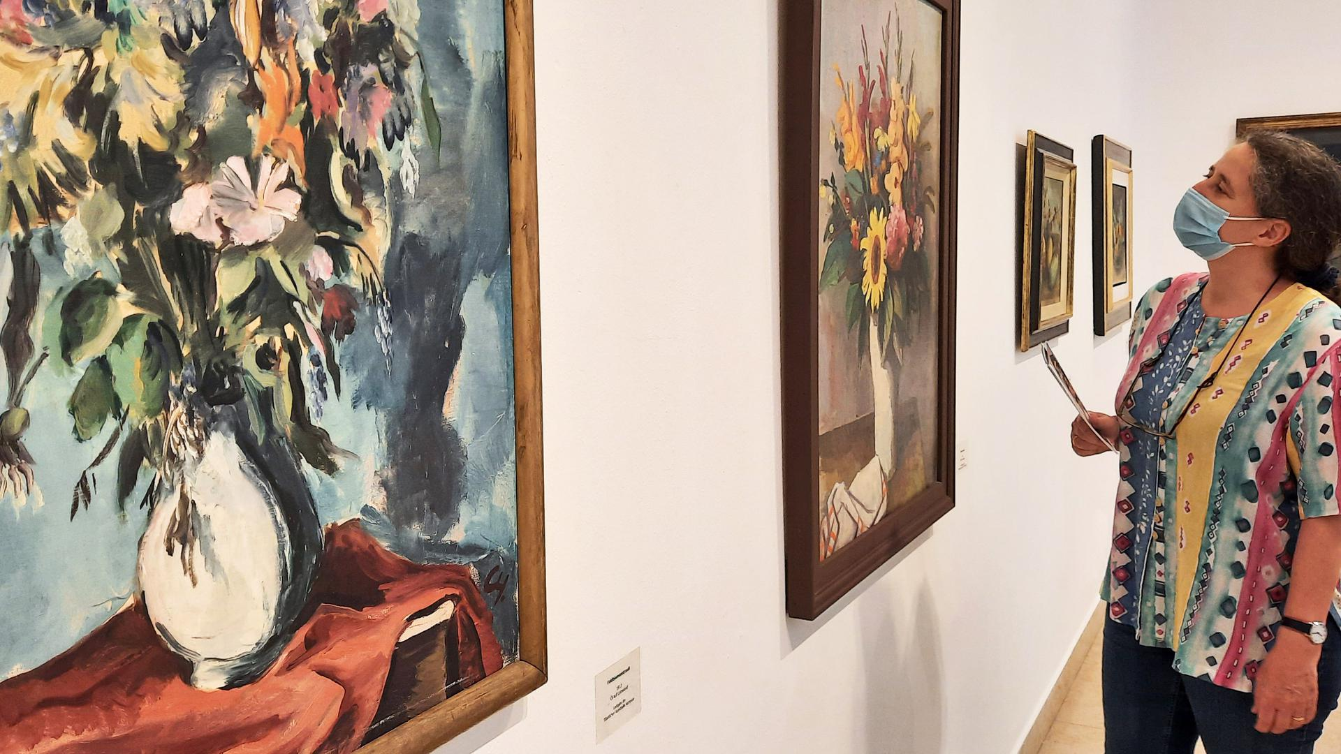 """Das Museum ermöglicht Zeit alleine: Tatjana Knüsel betrachtet das Bild """"Blumenstrauß"""" von Karl Hofer im Stadtmuseum. Spontan ging sie am Sonntagvormittag das erste Mal seit Monaten wieder ins Ettlinger Museum."""