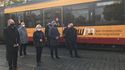 Auftakt für ein neues Netzwerk: Das Baden-Württemberg Institut für Nachhaltige Mobilität ist an der Hochschule Karlsruhe an den Start gegangen. Im Zentrum stehen neben dem Öffentlichen Nahverkehr Lösungen für individuelle Fragen auf kommunaler Ebene. Die Verantwortlichen aus Land und Stadt kamen dazu am Hauptbahnhof zusammen.
