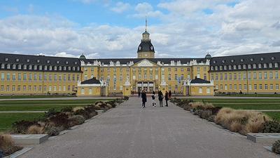 Sicht auf das Karlsruher Schloss und den Park