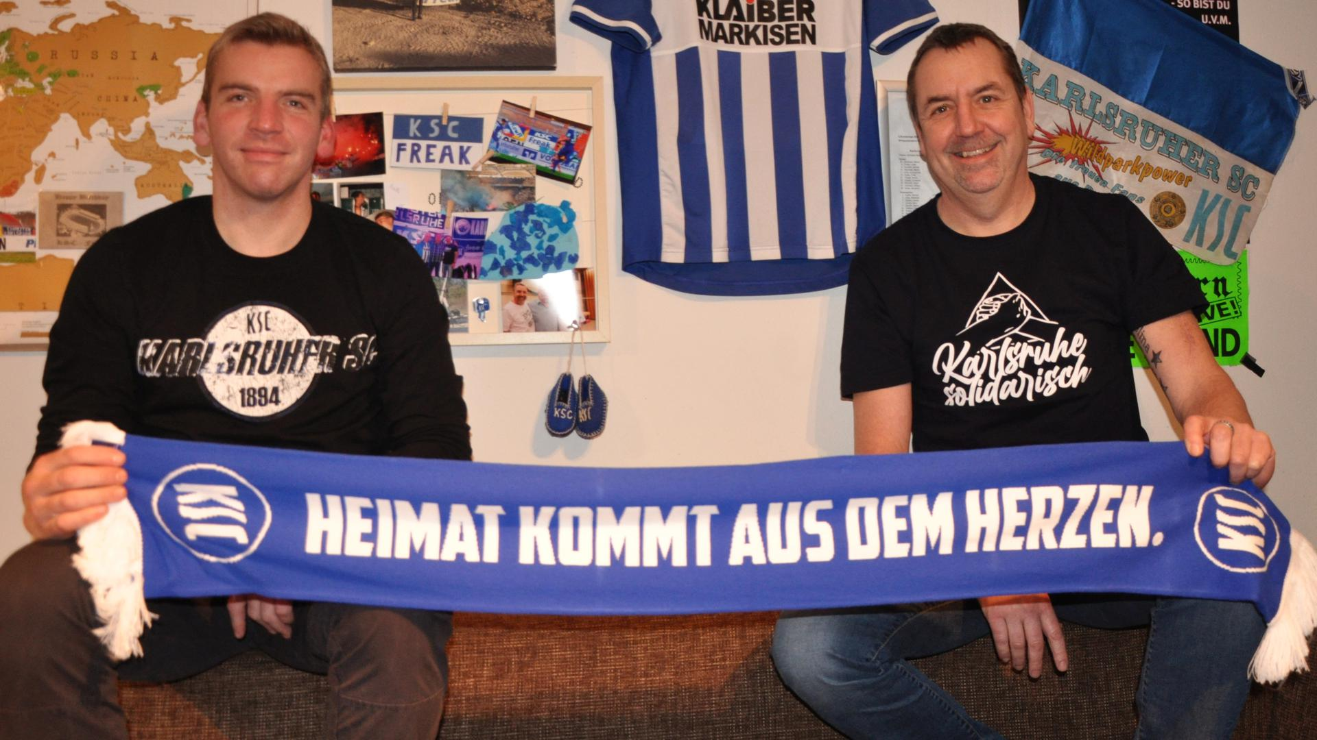 Die Fußballtouristen und KSC-Fans Oliver Warth (links) aus Bruchsal und Oliver Brannath aus Rheinstetten