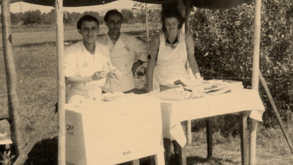 Eisverkauf im Freibad Wolfartsweier im Jahr 1947