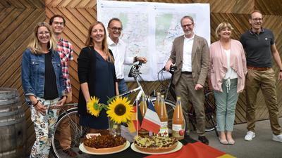 Menschen, Fahrrad, Blumen, Apfelsaft