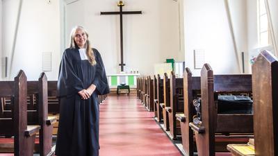 Pragmatisch: Uta van Rensen, Pfarrerin der evangelischen Matthäus-Paul-Gerhardt-Gemeinde in Karlsruhe, wählte einen Talar aus leichtem Wollstoff für alle Gelegenheiten.