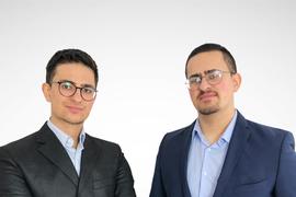 Zwei junge Männer mit Anzügen