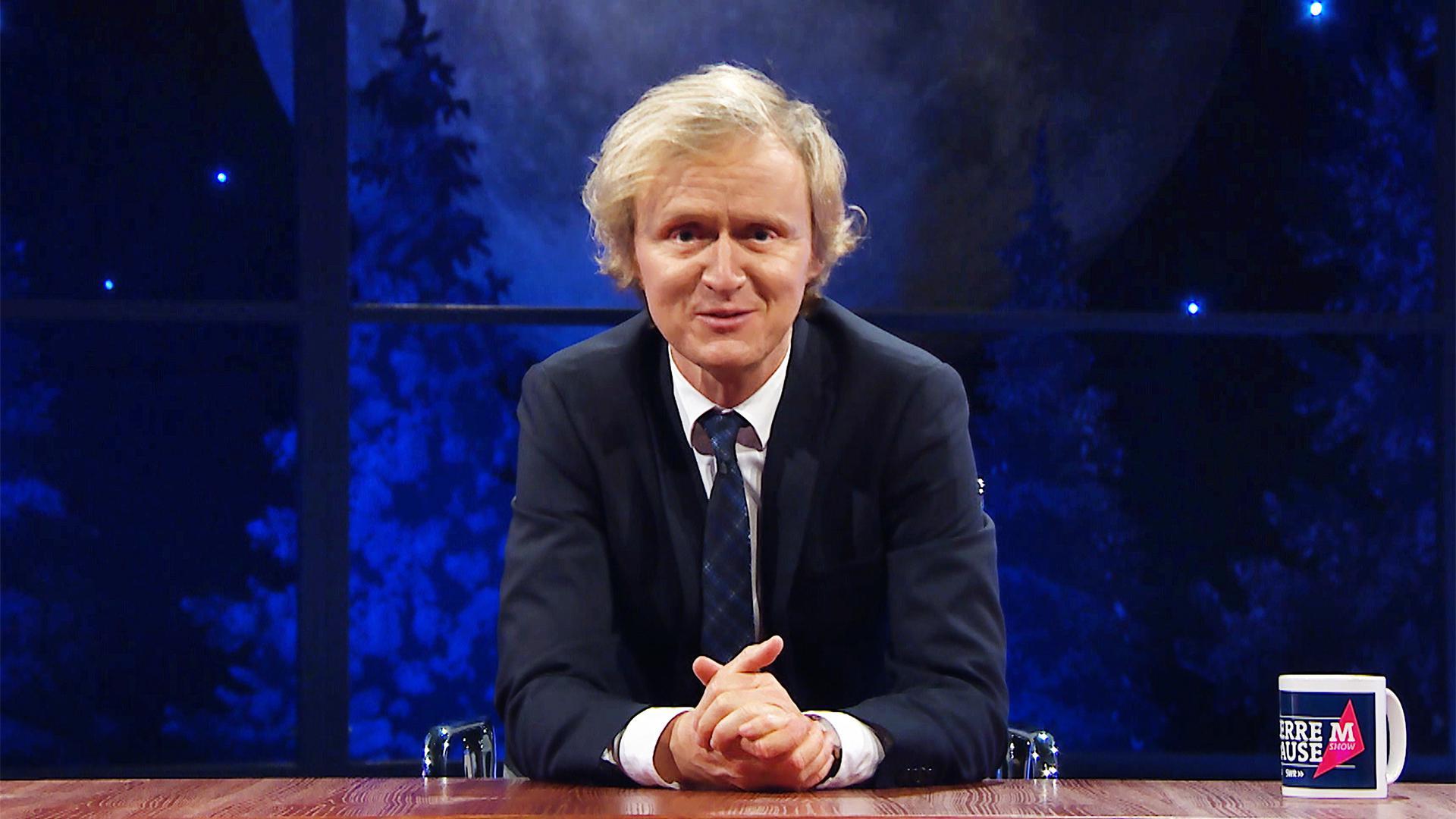 """Anchorman, Autor, Komödiant und Geschichtenerzähler: Pierre M. Krause am Schreibtisch seiner """"Pierre M. Krause Show""""."""