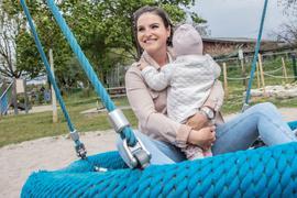 Mutter und Tochter geben sich gegenseitig Halt: Die Chemotherapie hat Diandra Rihm durchgestanden. Inzwischen ist Luna ein Jahr alt. Vor Erleichterung kommen der jungen Frau in alltäglichen Momenten noch immer die Tränen.