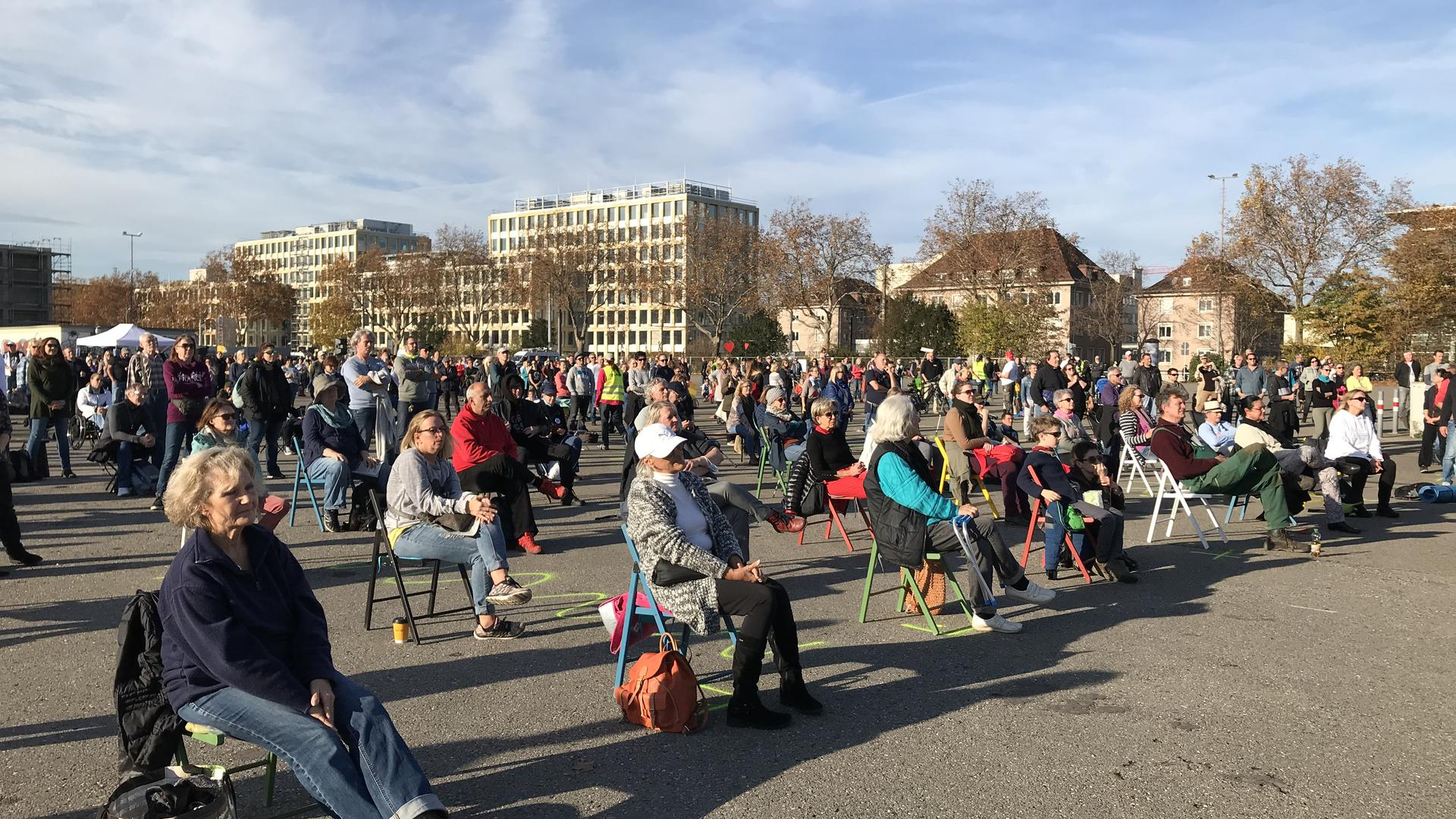 Rund 1.000 Menschen versammmelten sich am Samstag auf dem Messplatz in Karlsruhe, um gegen die Corona-Auflagen zu demonstrieren.