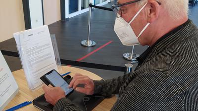 Bernd K. war der erste Patient in den RKH Kliniken, der die neue Patienten-App für seine stationäre Aufnahme genutzt hat.