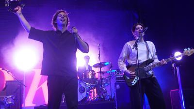Ist mit ganzem Körpereinsatz dabei: Sänger Frederik Rabe. Bassist Luca Göttner (rechts) und Schlagzeuger Finn Thomas sind eher die ruhigeren Kandidaten.