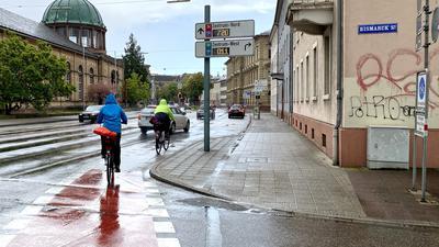 Heikle Wege-Beziehung: Wo die Bismarckstraße auf die Hans-Thoma-Straße trifft ist die besondere Aufmerksamkeit von Auto- wie Radfahrern gefordert.