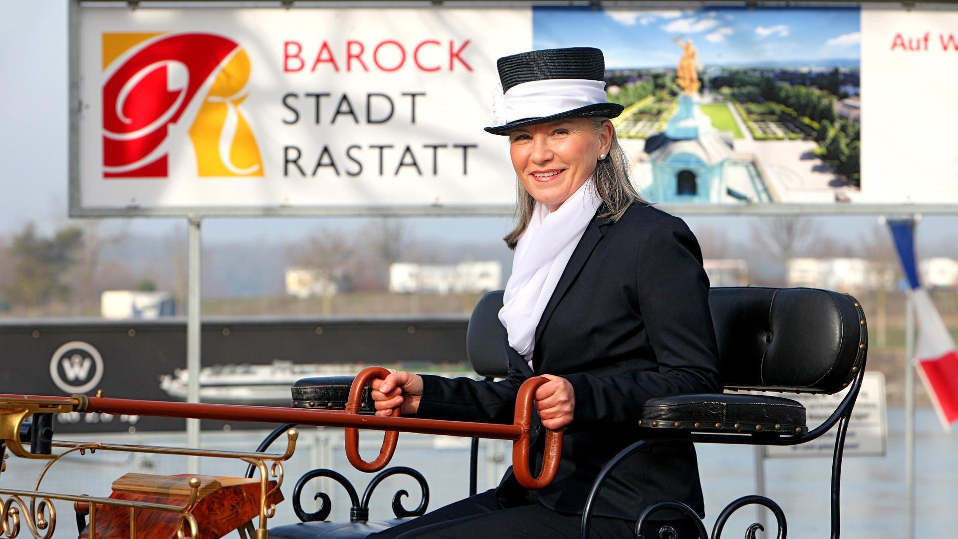 Ausflug mit der Motorkutsche: Ulrike Gärtner fährt die Gewinner dieses Preises durch Dörfer und in die Rheinauen.
