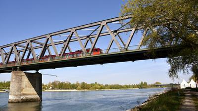 Auf den Gleisen bleibt es gleich: Pendler, die Bus und Bahn nutzen, haben von der kommenden zweiten Rheinbrücke keine Vorteile.