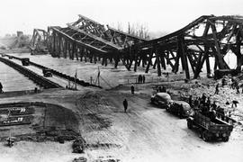 Zerstört und provisorisch ersetzt: Die Rheinbrücke liegt im April 1945 im Wasser. Über die Behelfsbrücke können die Menschen weiter zwischen Karlsruhe und Wörth hin und her fahren.