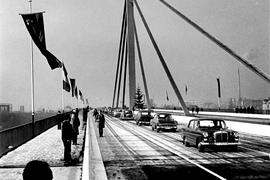 Eine feierliche Fahrt über den Rhein: Bei der Eröffnung am 16. Dezember rollen erstmals Autos über die Brücke, die Baden mit der Pfalz verbindet.