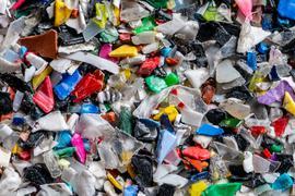 Bunter Haufen: Beim Sortieren solcher Mixturen an geschreddertem Kunststoff stoßen herkömmliche Sortieranlagen an ihre Grenzen. Neue Technik soll das Abschöpfen von Altplastik für hochwertige Recyclingprodukte verbessern.