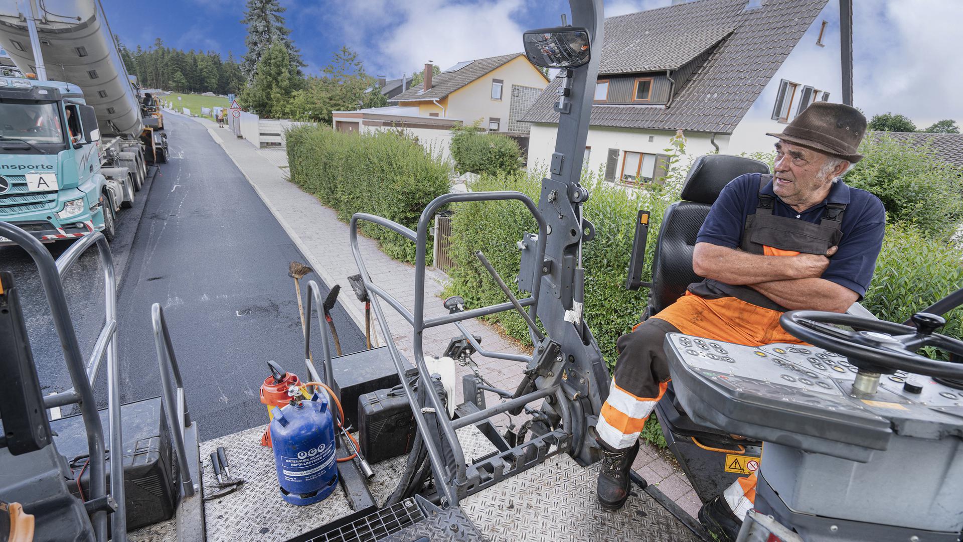 Endspurt: Am Freitag wird auf der Ortsdurchfahrt in Salmbach der restliche Asphalt-Endbelag aufgetragen. Am Samstag sollen die Bewohner die Straße wieder befahren können.