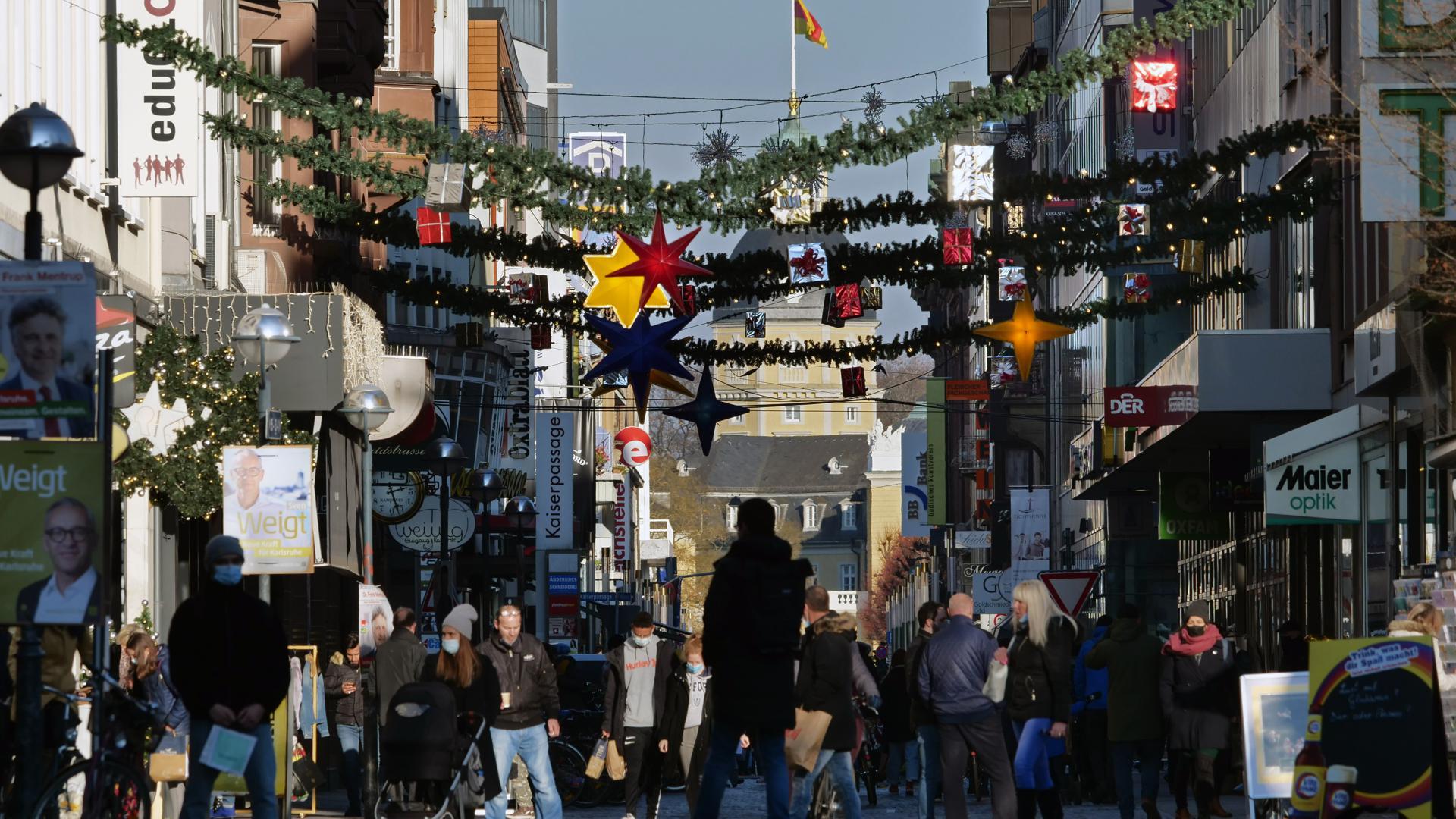 Die Weihnachtsdekoration hängt, die Kunden ziehen nach: Am ersten Adventswochenende bilden sich vor einigen Geschäften Warteschlangen. In der Innenstadt wird es stellenweise voll.