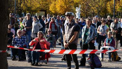 Rund 900 Menschen haben auf dem Karlsruher Schlossplatz gegen die Anti-Corona-Maßnahmen der Regierung demonstriert. Weil Teilnehmer Abstandsregeln nicht einhielten, stand die Demonstration kurz vor der Auflösung.
