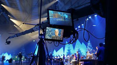 Dreharbeiten zu -24x Weihnachten neu erleben- in der Neuen Messe mit Bischoefin Dorothea Greiner Foto Peter Sandbiller