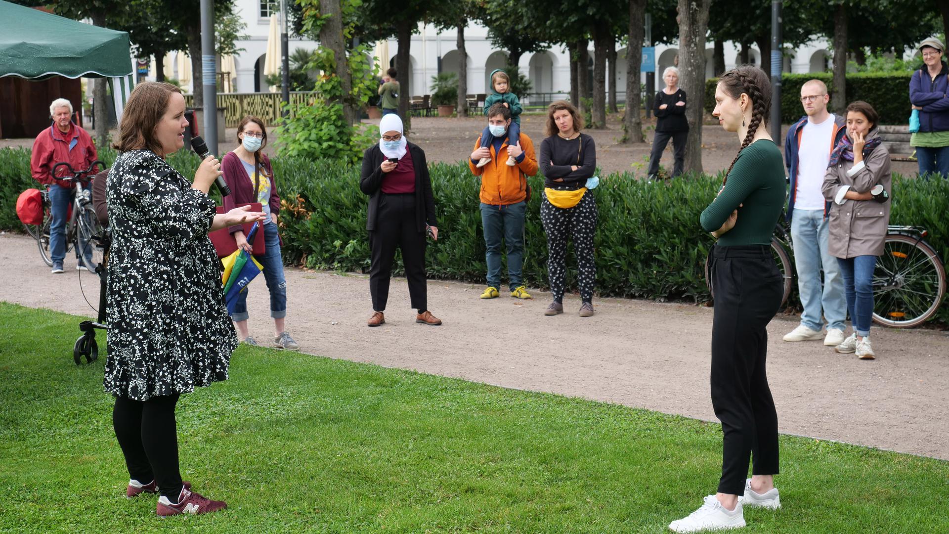 Veranstaltung Gruene vor dem Schloss mit Ricarda Lang (links) und Zoe Mayer (rechts)