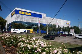 Im Karlsruhe Look: Ikea lockt mit blau-weißer Fassade. An der 54. Filiale des Möbelriesen in Deutschland prangen die Farben des KSC kombiniert mit den Farben Schwedens im Firmenlogo.