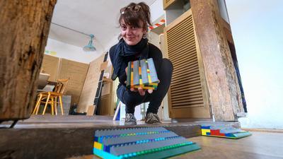Ibadete Kadrijaj zeigt die aus Legosteinen gebauten Rampen im Kulturcafe
